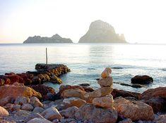 Cala d'Hort, la magia de los islotes de Es Vedrà y Es Vedranell