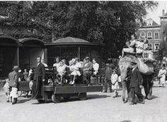 1938,Een tractor en een olifant zorgen voor de rondritten door de zomerse dierentuin Oude Diergaarde