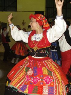 Ehm... esto NO es de Venezuela como escribió otro usuario. Esto es de Madeira. Quizás sean venezolanos bailando el baile típico de sus padres o abuelos portugueses, pero esto NO es Venezuela. A ver si dejamos de confundir lo realmente nuestro con lo adquirido por todas las culturas foráneas.