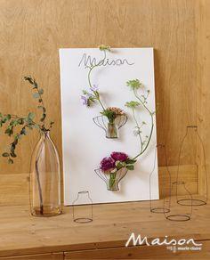 와이어로 간단히 화분을 만들어 캔버스에 달면 독특하면서도 멋스러운 벽걸이 화병을 만들 수 있다. 알루미늄, 천, 식물 등 서로 다른 물성의 공존을 즐겨보자.