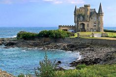 Au début du XXe siècle, M. Turpault fait construire ce château romantique à toitures aiguës et tourelles qui, au fil des ans, est devenu un des symboles de la presqu'île de Quiberon.  ©  Serge Agombart