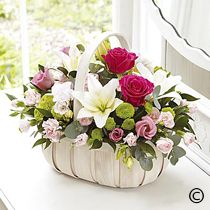 New basket flower arrangements roses Ideas Basket Flower Arrangements, Funeral Flower Arrangements, Beautiful Flower Arrangements, Funeral Flowers, Flower Centerpieces, Floral Arrangements, Beautiful Flowers, Wedding Flowers, Flower Baskets