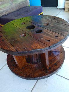 Bobina de madeira maciça (valor acima sem rodinhas e sem vidro e sem divisórias de livros)  Medida: 0,35 de altura x 0,65 diâmetro.  Consultar valor para inclusão de rodinhas,vidro e divisórias.