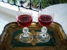 Ευτυχία μεγάλη φέτος που ήρθα νωρίς στην Ελλάδα για διακοπές! Έτσι πρόλαβα και είδα τους φίλους μας, χάρηκα την οικογένειά μου και πρόλαβα ... Red Wine, Alcoholic Drinks, Rose, Blog, Recipes, Pink, Liquor Drinks, Blogging
