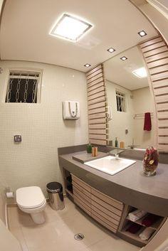 Espelhos dão amplitude ao ambiente, se tornando ótima alternativa para banheiros de pequeno espaço. Inspire-se