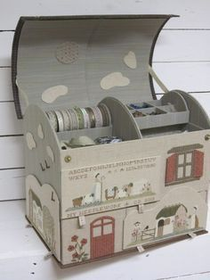 Maison en carton....incroyable réalisation... magnifique, sublime, superbe.... corinne74 Stitch Box, Diy And Crafts, Paper Crafts, Creative Box, Fabric Boxes, Cardboard Paper, Sewing Baskets, Pretty Box, Sewing Box