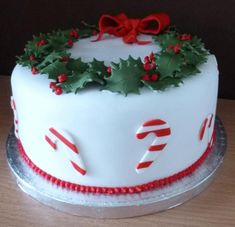 christmas wreath and candy cane cake Fondant Christmas Cake, Mini Christmas Cakes, Christmas Cake Designs, Christmas Cake Decorations, Christmas Sugar Cookies, Christmas Snacks, Christmas Cooking, Christmas Candy, Cupcakes