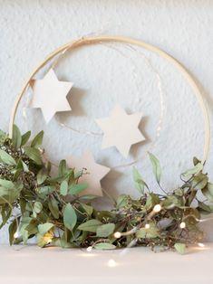 Selbstgemachter Weihnachtskranz: schlicht und skandinavisch Christmas Deco, Christmas Time, Xmas, Diy Wreath, Wreath Ideas, Diy Weihnachten, Seasonal Decor, Diy And Crafts, Seasons