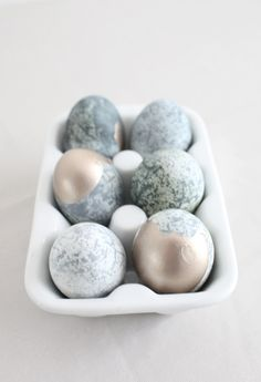 These DIY marbled Easter eggs are ridiculously easy
