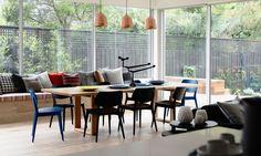Casa na Austrália. Originalmente com elementos em estilo espanhol ela foi reformada com a intenção de criar ambientes divertidos e acolhedores sem perder as características originais