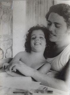 a-rosa-do-chico:    Chico Buarque e sua filha Sílvia, 1970.
