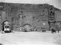 Slargo della capitale [probabilmente nei pressi di Porta Maggiore] con tratto di mura aureliane e tram in transito 28.07.1930