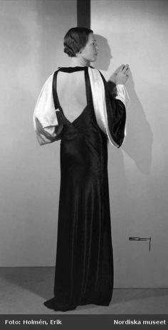 Digitalt Museum - Modell visar ryggsidan på en långklänning. Nordiska Kompaniet.