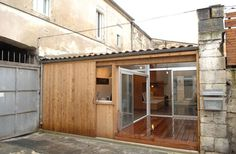 Watch how this garage was turned into an ultra luxurious modern small house by French architect firm Fabre de Marien. The garage is in Bordeaux, France. Loft Studio, Garage Studio, Tiny Studio, Buy A Garage, Old Garage, Small Garage, Transformer Un Garage, Converted Garage, Tiny House Swoon