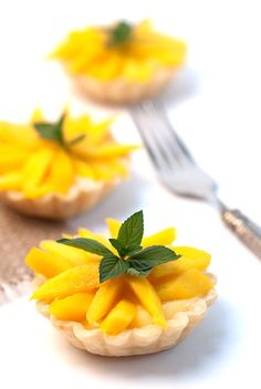 Fresh Mango Mini Tarts are made of crisp buttery pie tarts, a creamy texture of the homemade vanilla pastry cream topped with delicious sliced mangos. Mango Recipes, Tart Recipes, Baking Recipes, Dessert Recipes, Baking Ideas, Mini Desserts, Summer Desserts, Chocolate Desserts, Just Desserts