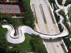 Извивающийся пешеходный мост