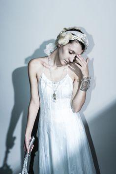 lace fringe dress …繊細なリバーレースを全面に使用したスリップドレス。 レースの内側には長く伸びたフランジをあしらい、動きを持たせています。