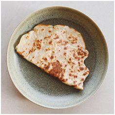 """SKILLEBEKK SURDEIG 🌾 on Instagram: """"Pannekake til kvelds 💛 . . . Jeg blandet sammen: 1 banan 1/2 ts bakepulver 50g lettkokte havregryn 100g siktet hvetemel 150g melk 50g…"""" Bread, Food, Brot, Essen, Baking, Meals, Breads, Buns, Yemek"""