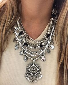 Pechera Solar Statement Necklace Outfit, Boho Necklace, Statement Jewelry, Bohemian Jewelry, Beaded Jewelry, Jewelry Necklaces, Colar Fashion, Fashion Jewelry, Diy Jewelry Inspiration