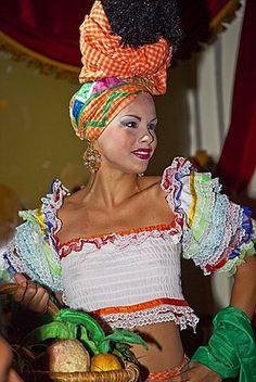 Mujer vestida en traje de colores en el show de Cabaret Parisien en el Hotel Nacional, en La Habana, Cuba, Antillas, América Central
