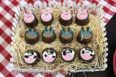 Festa infantil decorada com itens personalizados e biscoitos decorados da Biscoitaria & Cia da Anália que lembram uma fazendinha Farm Birthday, Ideas Para Fiestas, Cupcakes, Cake Decorating, Bernardo, Desserts, Cakepops, Lucca, Food