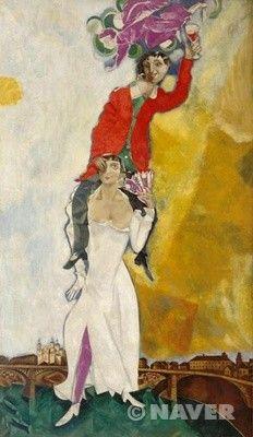 와인잔을 든 이중 자화상/마르크 샤갈/  1917년경~1918년경   이 작품은 30여 년간 자신의 곁에서 예술적 영감을 주었던 아내 벨라와의 결혼식을 기념해서 그린 그림으로 벨라의 어깨 위에 걸터 올라 있는 자신과 그 위의 천사가 등장한다. 중앙에 인물을 배치시킨 수직적 구조의 구도는 아래에서부터 벨라의 오른쪽 다리로 시작, 천사를 자주 색으로 연결되고 있으며 샤갈 자신의 웃옷과 포도주는 적색으로 호응하고 있다. 여기서 자주 색의 천사는 그의 딸 이다이며, 벨라의 임신을 암시한다.   샤갈의 작품에서 사랑에 충만한 이는 주로 공중으로 띄워지는 형태를 취한다. 《와인잔을 든 이중 자화상》도 바로 이러한 형태를 취한 작품인데 여성의 몸으로 샤갈을 목마 태우고 있는 벨라의 모습은 파격적이다. 또한 온화한 느낌을 주는 원색의 사용은 샤갈 자신이 기쁨에 차있으며 그것은 사랑하는 감정을 품고 있어서임을 드러내고 있다.