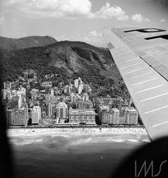 Vista de Copacabana, com o Copacabana Palace ao centro,   1950