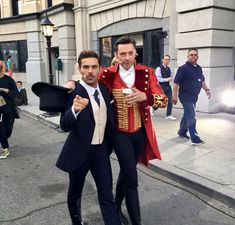 Zac Efron and Hugh Jackman in The Greatest Showman Hugh Michael Jackman, Hugh Jackman, Zendaya, Hugh Wolverine, Z Cam, The Greatest Showman, Celebrity Dads, Celebrity Style, Movie Costumes