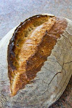 Als zorra die Bordelaise nach Daniela bzw. nach dem Sourdough Angry Baker gebacken hatte und andere Brotblogger nachzogen, war auch für mich die Entscheidung gefallen, es mit dem Rezept zu versuchen. Schließlich lockte die tolle Porung. Der erste Versuch viel mäßig aus. Das lag nicht zuletzt daran, dass der Teigling im Gärkorb hängen blieb und ein Weiterlesen... Czech Recipes, Bread And Pastries, Sourdough Bread, Bread Rolls, How To Make Bread, Different Recipes, Bread Baking, Love Food, Bread Recipes