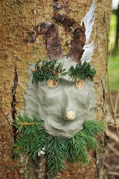 """I forbindelse med et edderkoppe-tema tog jeg ler med ud i skoven, og bad børnene om at finde sig et træ, hvor de kunne lave deres egen edderkop, som kunne """"bo"""" i skoven, til vi kom for…"""