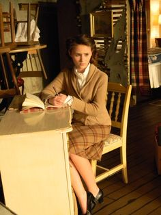 This picture shows a desk and a chair that should be used in Anne's room. Anne Frank, Picture Show, Theatre, Desk, Chair, Room, Furniture, Style, Bedroom