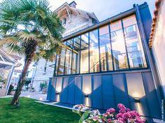 Au cœur de La Rochelle, cette maison du début du XXe siècle est repérée en tant que construction d'intérêt architectural et le jardin est dit remarquable. C'est la combinaison des contraintes existantes du site et des éléments du programme qui conduit Zest à la conception d'une extension en zinc, très largement ouverte sur l'extérieur, l'escalier et l'ascenseur traités tout en transparence. L'escalier dissimule le vestiaire des invités. Architecture, Construction, Fair Grounds, Conduit, Boxes, Travel, Inspiration, Outdoor, Ideas