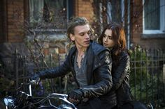 Lily Collins y Jaime Campbell Bower