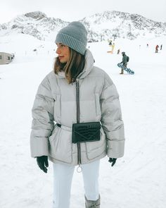 Ski fashion and ski outfit ideas for stylish women that want to look snow bunny cute to hit the slopes for winter 2019 - Snow Outfits For Women, Winter Outfits, Clothes For Women, Ski Clothes, Burton Snowboards, Moda Ski, Snow Fashion, Winter Fashion, Woman Clothing