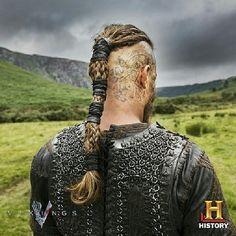 Vikings poster of Ragnar Lothbrok - Travis Fimmel Ragnar Lothbrok Vikings, Cabelo Ragnar Lothbrok, Ragnar Lothbrok Haircut, Ragnar Hair, Ragnar Lothbrook, Lagertha Hair, Cheveux Lagertha, Band Tattoos, Viking Haircut