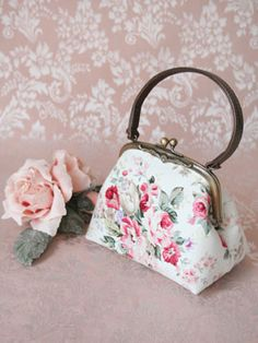 Cute handbag with a vintage feel.
