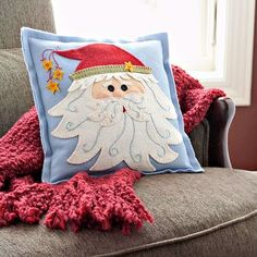While eagerly awaiting the arrival of Santa Claus, get ready with these fun Christmas crafts featuring Jolly Old Saint Nick. From colorful Christmas wreaths to festive holiday pillows, we have the best Santa Claus crafts to dress up your home! Christmas Cushions, Christmas Pillow, Felt Christmas, Cute Pillows, Diy Pillows, Christmas Sewing, Christmas Projects, Felt Pillow, Pillow Set