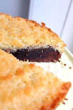 """Den här kakan är """"to die for"""". Jag kan lova dig att de du bjuder denna på kommer alla att humma högljutt av välbehag, eller så äter du den själv. :) En kaka som liksom har allt. Kladd, crunch och choklad. Vad mer kan man begära? Bara jag kikar på bilderna nu så känner jag smaken i munnen. Best Dessert Recipes, Fun Desserts, Cake Recipes, Grandma Cookies, Vegan Gluten Free Desserts, Kolaci I Torte, Swedish Recipes, Bagan, Dessert For Dinner"""