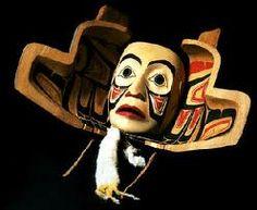 Un masque double exprime la métamorphose entre les êtres de la terre, de la mer et du ciel. Masque de cèdre, décoré de queues d'hermine réalisé par Ken Mowat (avec la permission du ministère des Affaires indiennes et du Nord).