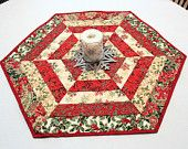 Christmas Quilted Table Runner, Hexagon Table Topper, Red and Ivory Poinsettia, Gold Highlights, Table Topper Table Runner And Placemats, Table Runner Pattern, Quilted Table Runners, Christmas Sewing, Christmas Crafts, Christmas Quilting, Christmas Hat, Poinsettia, Christmas Runner