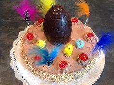 """Se acerca la Pascua de Resurrección y el Forner de Alella prepara una deliciosa Mona de Pascua que en este caso es una tarta de bizcocho cubierta de Trufa y adornada según la tradición. Si os apetece otro tipo de Mona de Pascua podéis visitar nuestro blog www.elfornerdealella.com y allí encontraréis una gran variedad de tartas y también la manera de hacer los huevos de chocolate en casa. Si os gusta este vídeo no olvidéis clicar """"me gusta"""" y compartirlo, nos ayudaréis y si queréis imprimir l..."""