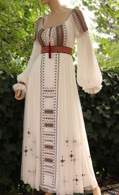 Abaya Designs, Boho Designs, Traditional Wedding Dresses, Traditional Outfits, Stylish Dresses For Girls, Girls Dresses, Asian Bridal Dresses, Wedding Dress Sleeves, Dream Dress
