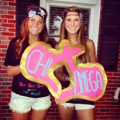 Loving this throw what you know sign for bid day! These #DIY signs are perfect to give to your new members. #XO