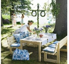 Celebrate Midsummer Swedish Style festivities outdoors with friends and family. Swedish Decor, Swedish Style, Swedish House, Swedish Design, Scandi Style, Scandinavian Style, Fresco, Swedish Traditions, Festa Party