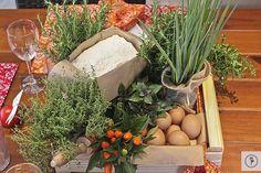 Usamos farinha de trigo, ovos, cebola, tomates, e trigo, em sacolas de papel pardo. Manjericão, orégano, alecrim, e manjerona, em latas de molho de tomate forradas com juta, e em cestas de palha rústica.