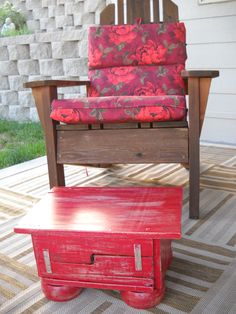 Pallet wood projec: I completely like this lil red stool made of pallet wood.  The legs are easy to find =)