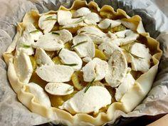 Questa torta salata patate e mozzarella è un golosissimo piatto unico che soddisfa tutti proprio per la semplicità sei suoi ingredienti.