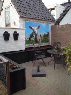 Een tuinposter bevestigen kan eenvoudig met een aluminium frame. Via tuinposteropmaat.nl leveren we een frame op alle formaten. De doorsnede van de buis is 33 mm. Hiermee voorkom je dat het frame in het totaalbeeld gaat overheersen. Uiteraard worden wandbeugels, hoekstukken en spanelastieken meegeleverd door ons.