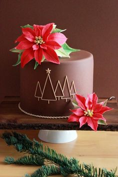 Christmas Poinsettia Cake by Kiara's Cakes. Shared by Career Path Design. Christmas Cake Decorations, Christmas Cupcakes, Christmas Sweets, Holiday Cakes, Christmas Cooking, Noel Christmas, Christmas Goodies, Winter Torte, Winter Cakes