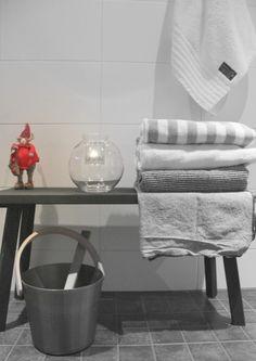 joulu,joulukoti,sauna,joulukoristeet,kynttilälyhty,moderni,harmaa,valkoinen